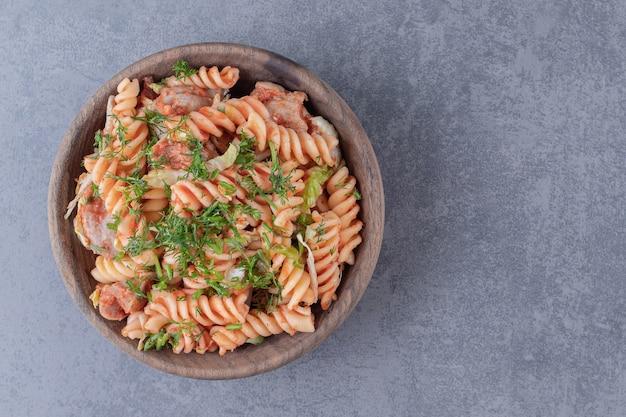 Heerlijke fusilli pasta in houten kom.