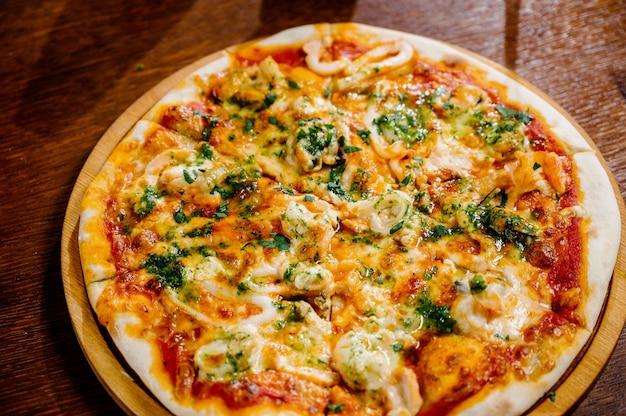 Heerlijke garnalenpizza op houten lijst