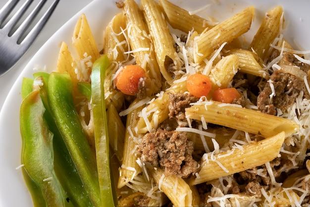 Heerlijke gastronomische pasta met groene paprika