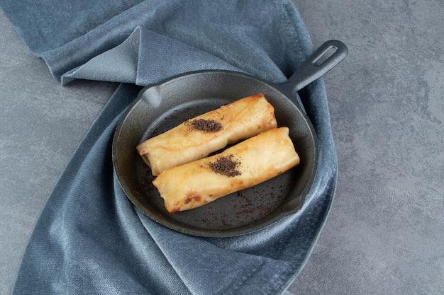 Heerlijke gebakjes met suikerpoeder op een donkere plaat