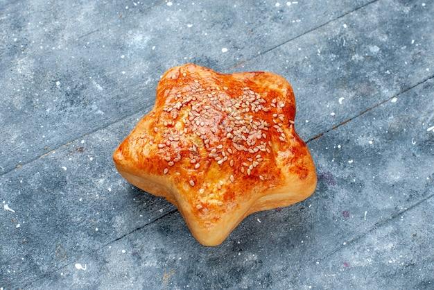 Heerlijke gebakjesster gevormd op grijze, zoete gebakjessuikertaart