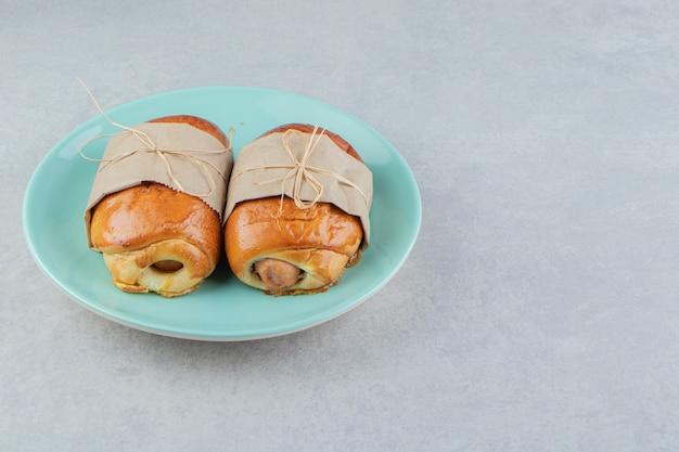 Heerlijke gebakjeworsten op blauw bord.