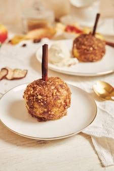 Heerlijke gebakken appel met noten en kaneel voor kerstmis op een witte tafel