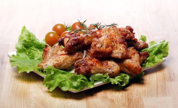 Heerlijke gebakken kip op de plaat