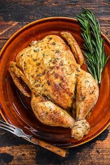 Heerlijke gebakken kip op houten tafel.