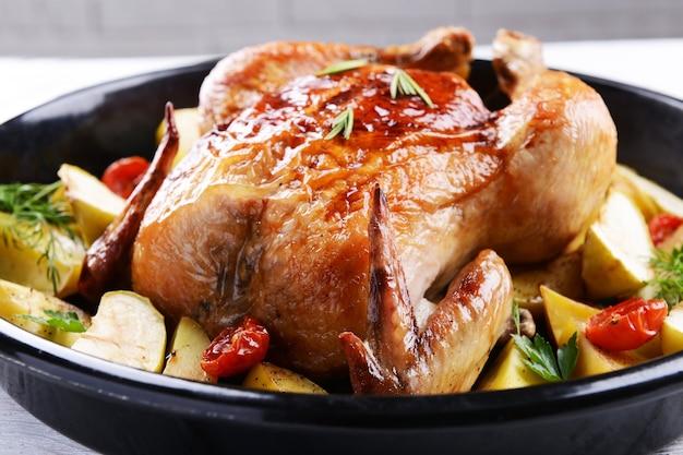 Heerlijke gebakken kip op tafel close-up