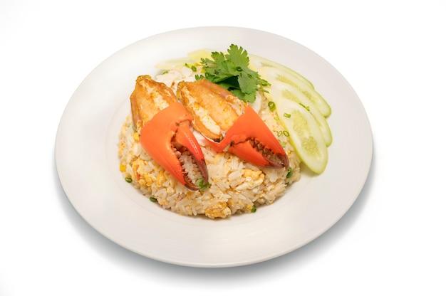 Heerlijke gebakken rijst met krab, gebakken rijst met zeekrab en groente op een witte plaat.
