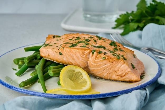 Heerlijke gebakken zalm met asperges, citroen en peterselie gezond omega-voedsel