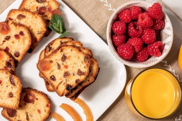 Heerlijke gedroogd fruit cake met frambozen