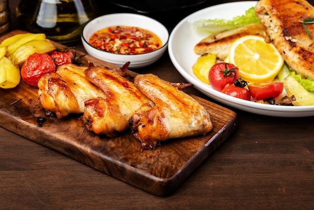Heerlijke gegrilde kippenvleugels en groentesalade