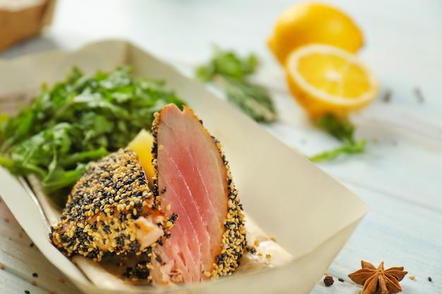 Heerlijke gekookte vis met citroen en rucola, close-up