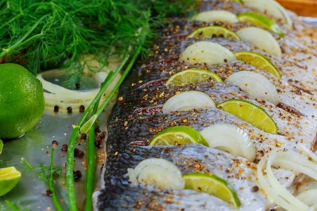 Heerlijke gemarineerde vis met citroen- en uienschotel in de oven
