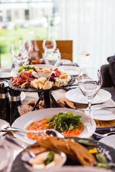 Heerlijke gerechten op tafel in het restaurant