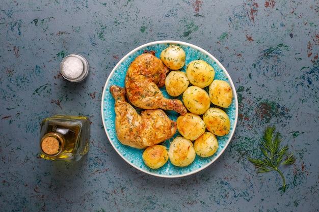 Heerlijke geroosterde jonge aardappelen met dille en kip, bovenaanzicht