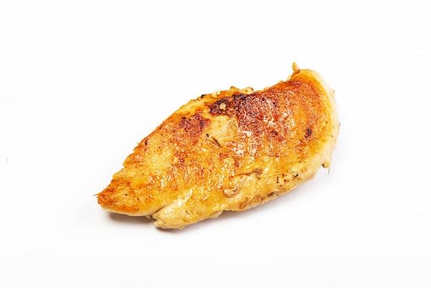 Heerlijke geroosterde kippenborst op witte achtergrond
