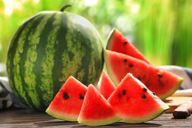 Heerlijke gesneden watermeloen op houten tafel tegen wazig