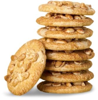 Heerlijke gestapelde koekjes met noten die op witte achtergrond worden geïsoleerd