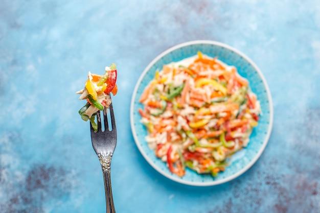 Heerlijke gezonde paprika salade met kip, bovenaanzicht