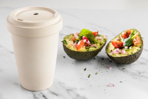 Heerlijke gezonde salade in avocadosamenstelling