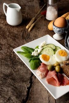 Heerlijke groenten en eieren als ontbijt
