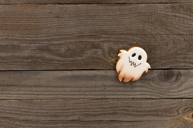 Heerlijke halloween zelfgemaakte koekjes van spookvormen op oude houten tafel