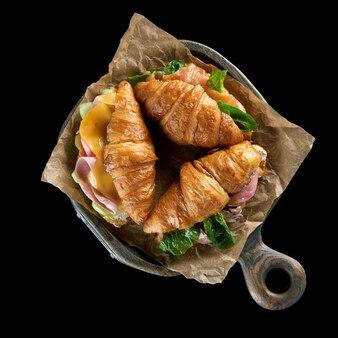 Heerlijke ham en cheddarkaascroissant met salade.