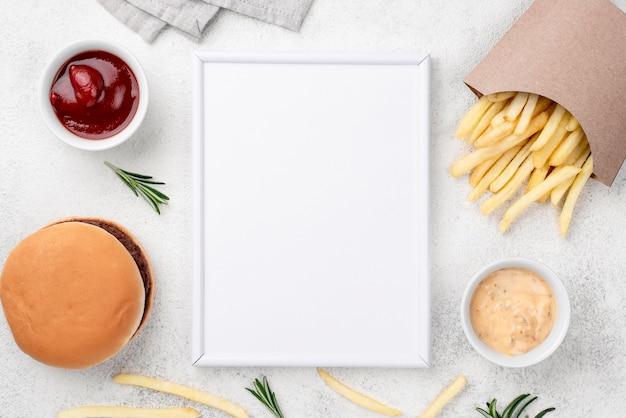 Heerlijke hamburger en frietjes op tafel