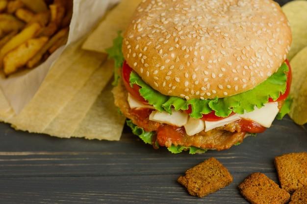 Heerlijke hamburger met patat, snacks en frietjes