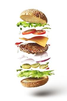 Heerlijke hamburger met vliegende ingrediënten