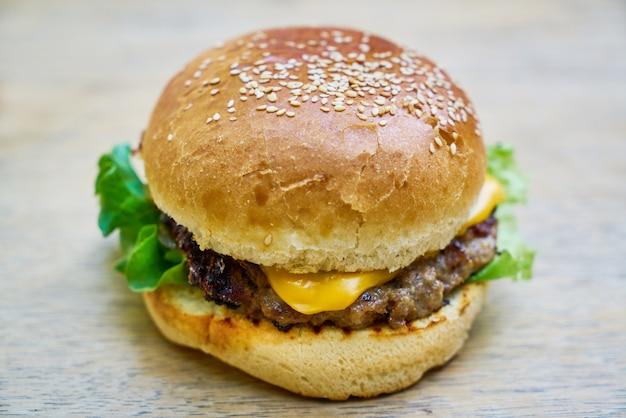 Heerlijke hamburger op de tafel