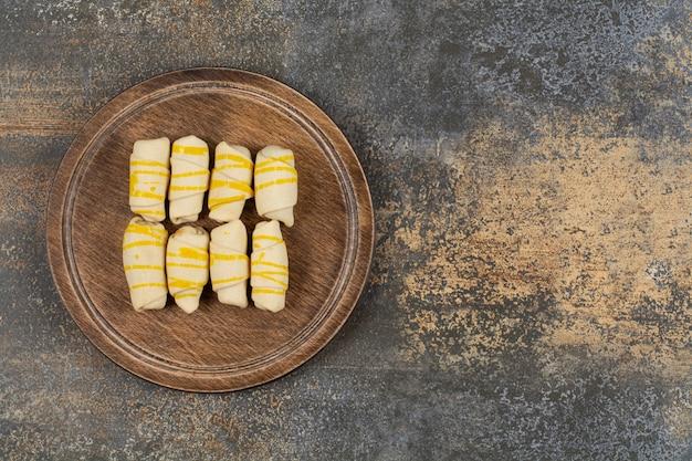 Heerlijke handgemaakte koekjes op een houten bord.