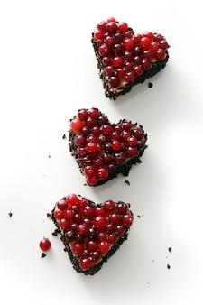 Heerlijke hartvormige taart op tafel