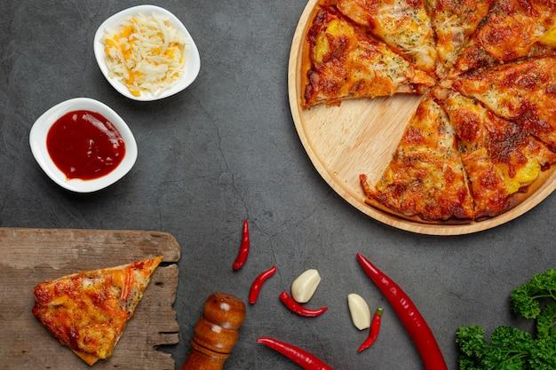 Heerlijke hawaiiaanse pizza en kookingrediënten.