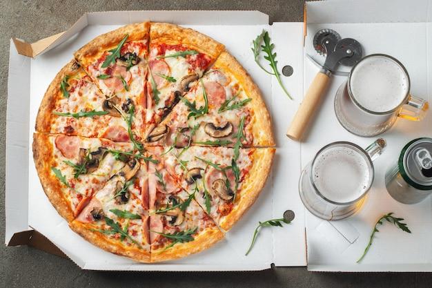 Heerlijke hete pizza in een doos.