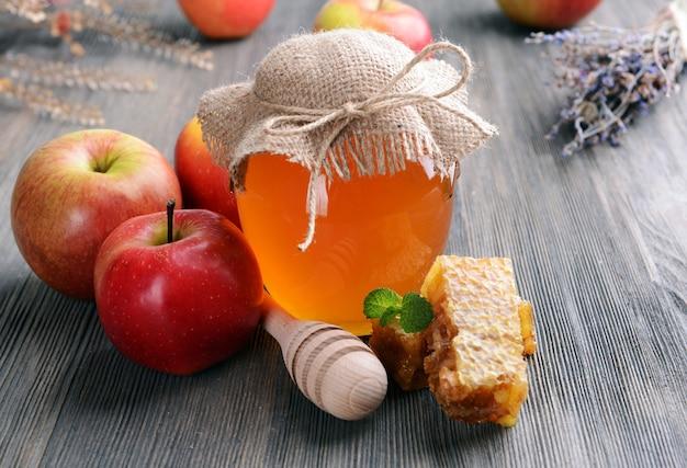 Heerlijke honing met appel op tafel close-up