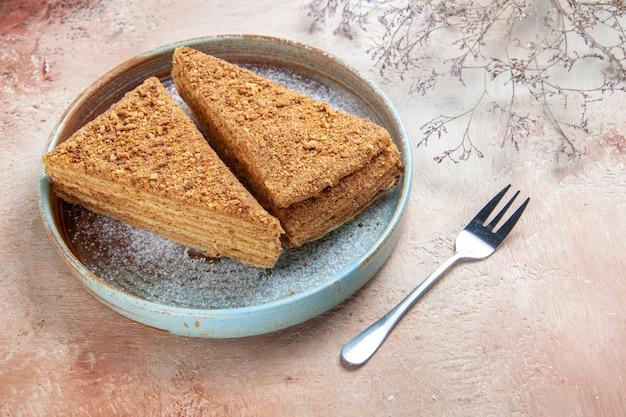 Heerlijke honingcake in dienblad op grijs