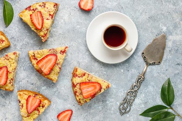 Heerlijke huisgemaakte aardbeien crumble cake met verse aardbeien plakjes