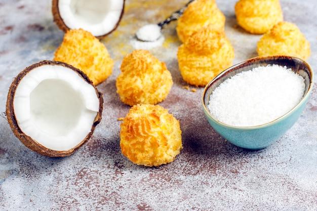 Heerlijke huisgemaakte kokos macarons met verse kokos