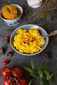 Heerlijke indiase maaltijd met rijst en tomaten
