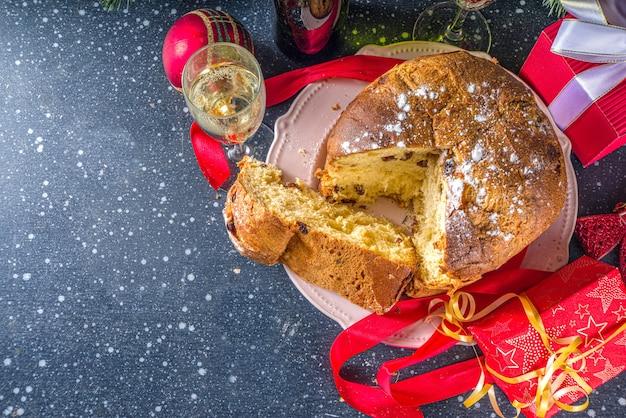 Heerlijke italiaanse kerst panettone op kerst tafel