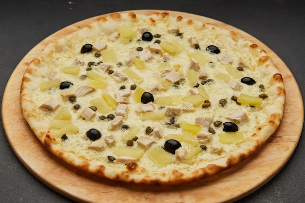 Heerlijke italiaanse pizza hawaiian met ananas en kip