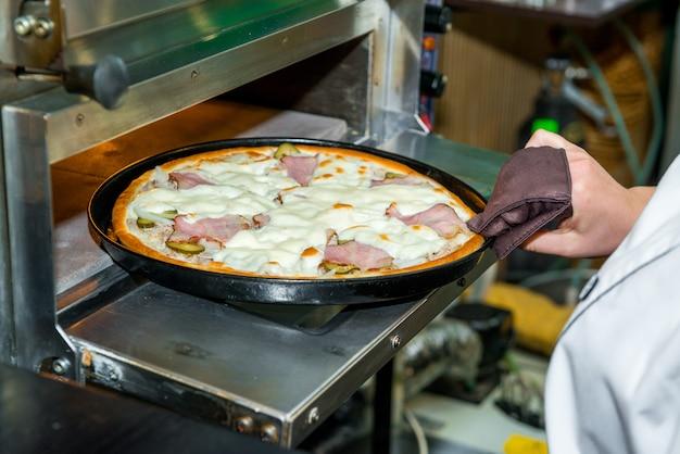Heerlijke italiaanse pizza in een restaurant