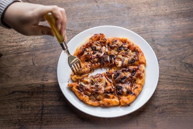 Heerlijke italiaanse pizza's geserveerd op houten tafel