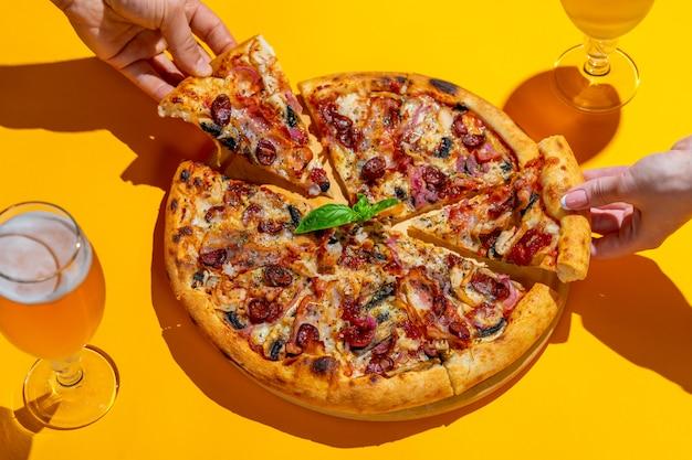 Heerlijke italiaanse pizza van het pop-art de creatieve ontwerp op gele muur