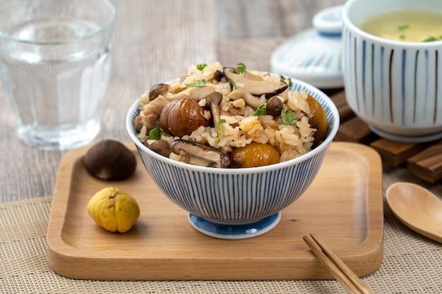 Heerlijke japanse kastanje en kip met gekruide shimeji-rijst, ook wel bekend als takikomi gohan.