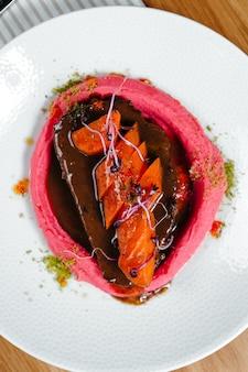 Heerlijke kalfsschenkels, langzaam gekookt met wortelen en aardappelpuree. restaurant diner gerecht.