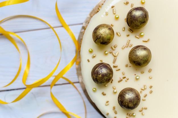Heerlijke karamel cake met ronde chocolade snoepjes besprenkeld