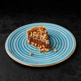 Heerlijke karamel chocoladetaart, gegarneerd met noten