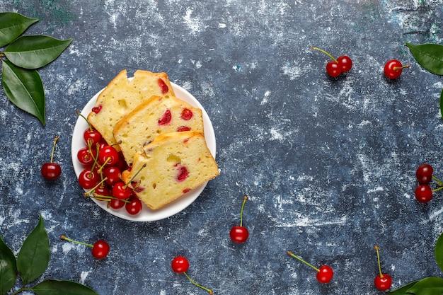 Heerlijke kersen taart met verse kersen, bovenaanzicht