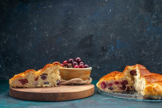 Heerlijke kersentaart gesneden met verse zure kersen op donkerblauw, taartcake fruit zoete theefoto